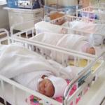 Doi copii abandonați la Caransebeș în 6 luni