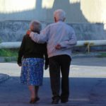 Tot mai puţini bătrâni primesc ajutoare sociale…