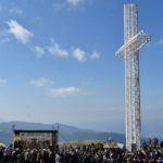 Mii de credincioşi, în pelerinaj pe Muntele Mic