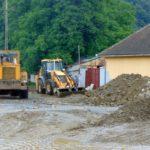 La Feneş, oamenii îşi oblojesc rănile făcute de inundaţii